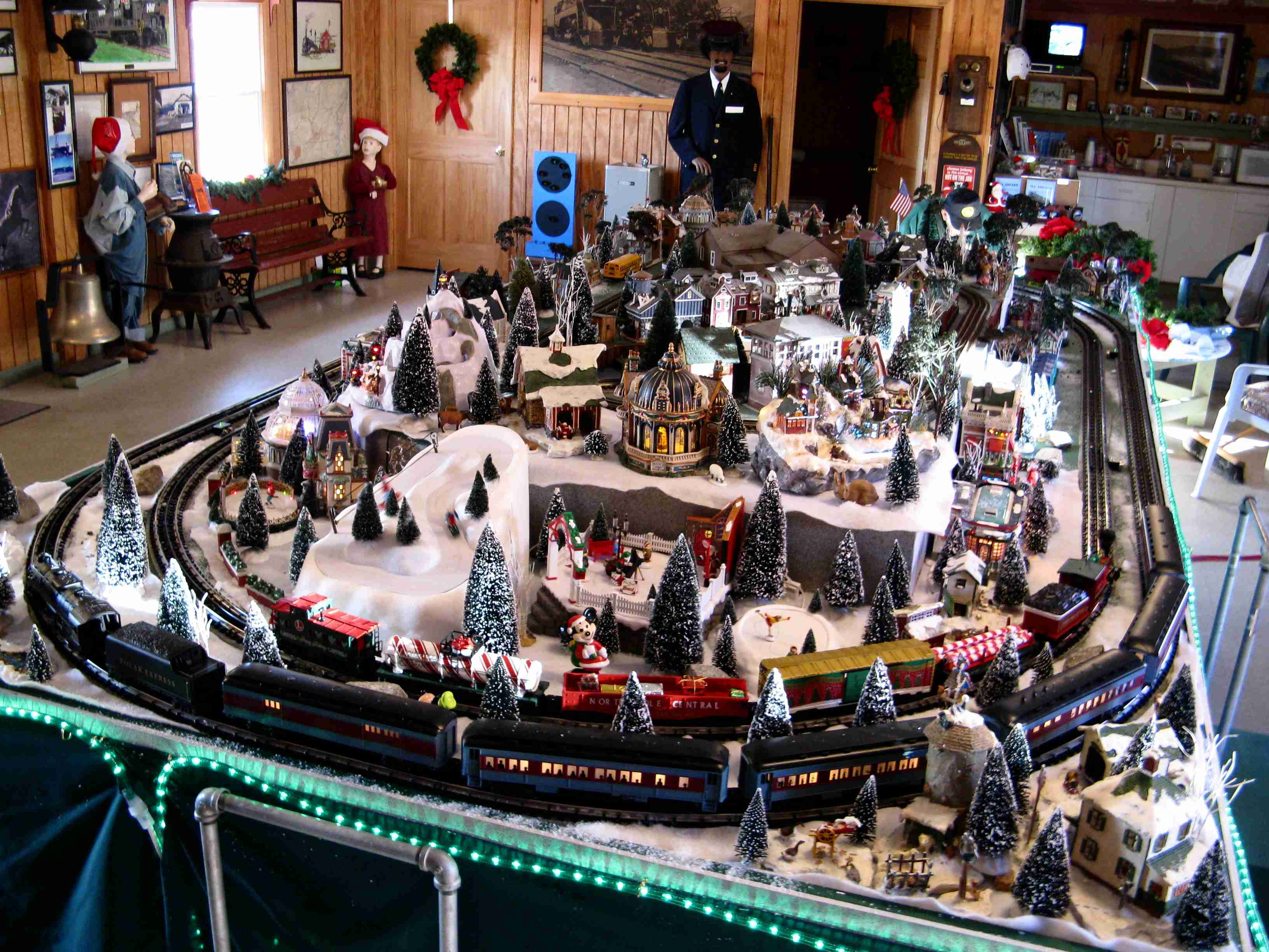 crewe-christmas-layout-tour-2007-overall-view.jpg